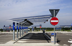 Energía renovable: los paneles solares Imágenes de archivo libres de regalías