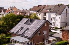 Energía renovable verde con los paneles fotovoltaicos Fotografía de archivo libre de regalías