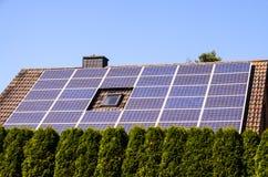 Energía renovable verde con los paneles fotovoltaicos Imagenes de archivo