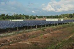 Energía solar con el cielo azul, él ` s limpio y uso de la energía gratis imágenes de archivo libres de regalías