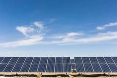 Energía solar con el cielo azul Fotos de archivo