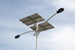 Energía solar del uso de la luz de calle Imagenes de archivo