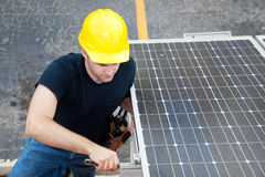 Energía solar - funcionamiento del electricista Foto de archivo