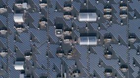 Energía verde de la tecnología, órdenes solares del eco en el tejado del aire libre de la casa, visión aérea almacen de metraje de vídeo