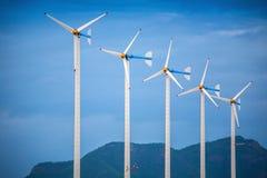 Energía verde moderna de las turbinas de viento Imagen de archivo