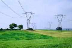 Energía y línea eléctrica de arriba Fotografía de archivo libre de regalías