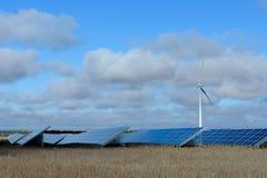 Energías renovables en la puesta del sol I Fotos de archivo