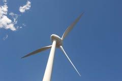 Energía alternativa a través de la turbina de viento Imágenes de archivo libres de regalías