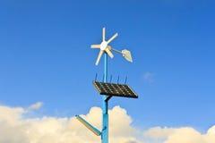 Energía renovable de los paneles solares y de la turbina de viento Fotografía de archivo