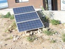 energetyczna ręka odizolowywający panelu słoneczny słońca biel zdjęcie royalty free