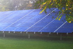 energetyczna ręka odizolowywający panelu słoneczny słońca biel Obrazy Stock