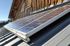 energetyczna ręka odizolowywający panelu słoneczny słońca biel Obraz Royalty Free