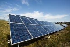 energetyczna ręka odizolowywający panelu słoneczny słońca biel Fotografia Stock