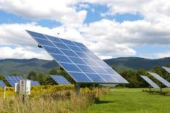 energetyczna ręka odizolowywający panelu słoneczny słońca biel zdjęcia royalty free