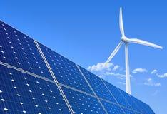 energetyczna ręka odizolowywający panelu słoneczny słońca biel royalty ilustracja