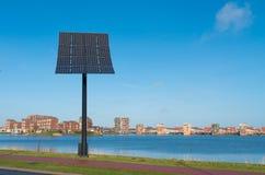 energetyczna ręka odizolowywający panelu słoneczny słońca biel Zdjęcia Stock