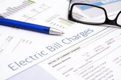 Energetycznego rachunku papier tworzy na sto?owym zbli?eniu zdjęcie royalty free