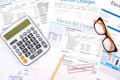 Energetycznego rachunku papier tworzy na sto?owym zbli?eniu obrazy stock