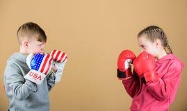 energetyczni zdrowie uderzać pięścią nokaut Dzieciństwo aktywność Sporta sukces Przyjaźni walka trening mała dziewczyna i chłopie fotografia royalty free