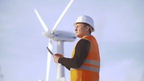 Energetyczny inżynier wiatraczek pracować z pastylką przy zmierzchem środowiskowy zbiory wideo