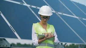 Energetyka ekspert opowiada przenośnego radio ustawiającego i pracuje z pastylką zdjęcie wideo