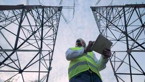 Energetyka pracownik stoi między dwa władza góruje z komputerem zbiory