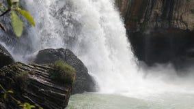 Energi av vattnet i vattenfallet av Vietnam stock video