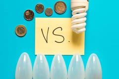 Energi-besparing lampa vs glödande lampa Begreppet av energi royaltyfria foton