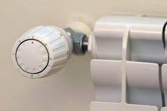 Energi - besparing med den thermostatic ventilen royaltyfri foto