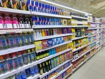 Energi dricker gången i supermarket, livsmedelsbutik royaltyfri foto