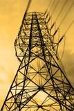 Energi och hög spänningskraftledning Arkivbilder