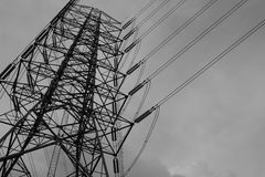 Energi och hög spänningskraftledning Royaltyfri Fotografi
