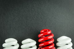 Energi - sparande affärsidé för ljusa kulor av differentiering royaltyfri foto