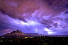 Energi svaller över den Sedona himlen royaltyfria bilder