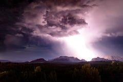 Energi svaller över den Sedona himlen arkivfoto