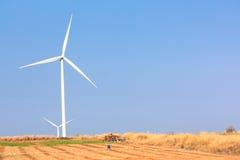 A energia alternativa da exploração agrícola do gerador de vento imagem de stock