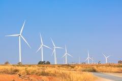 A energia alternativa da exploração agrícola do gerador de vento imagens de stock royalty free