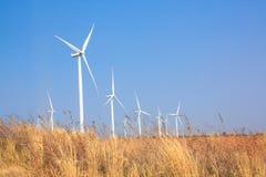 A energia alternativa da exploração agrícola do gerador de vento foto de stock