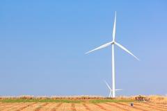 A energia alternativa da exploração agrícola do gerador de vento imagem de stock royalty free