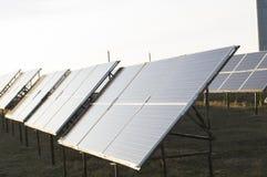 Energia alternativa Le pile solari sono dirette verso il sole immagine stock