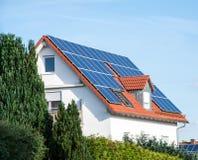 Energia alternativa para uma casa inovativa Imagem de Stock Royalty Free