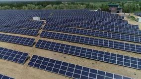 Energia alternativa, punto di vista dei pannelli solari nel campo da altezza video d archivio