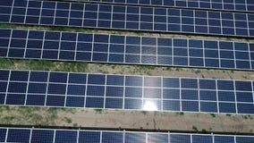 Energia alternativa, punto di vista dei pannelli solari nel campo da altezza stock footage