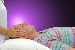 Energia di Manica di Reiki al paziente maschio Fotografie Stock Libere da Diritti