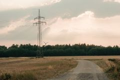 energia do poder do eco da ideia do conceito turbina eólica no monte com por do sol fotografia de stock