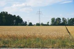 energia do poder do eco da ideia do conceito turbina eólica no monte com por do sol fotografia de stock royalty free