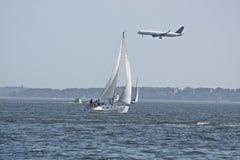 Energia eolica, aereo e barca a vela Fotografia Stock