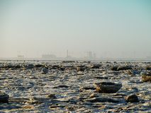 Energia eolica e generatori eolici alla costa ghiacciata Immagine Stock