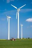 Energia eolica e trattore. Immagini Stock