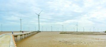 Energia limpa, planta de energias eólicas com um caminho às turbinas eólicas gigantes no mar Imagem de Stock